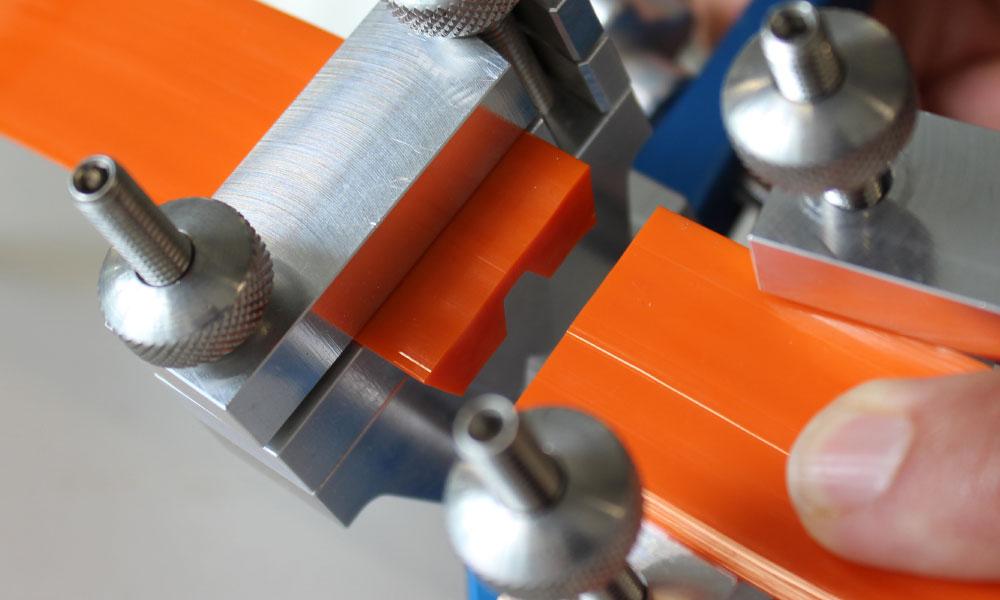 Insert Twin-V-belt in guide clamp